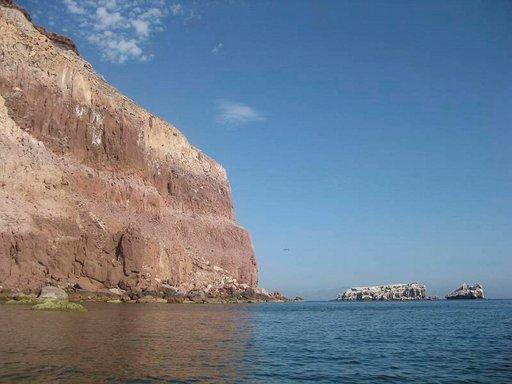 Rapautuva kiviaines muodostaa paikoin lähes pystysuoria rantaseinämiä.