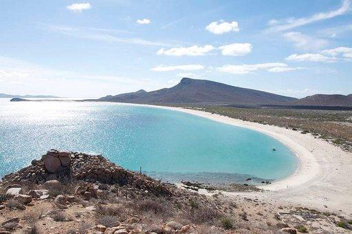 Eräs saarten rannoista on äänestetty maailman kauneimpien joukkoon. Joka tapauksessa ne kaikki sopivat loistavasti satunnaiseen paussiin uimiselle ja välipalalle. Espirito Santos beach. Kuva: Sam Beebe / Ecotrust