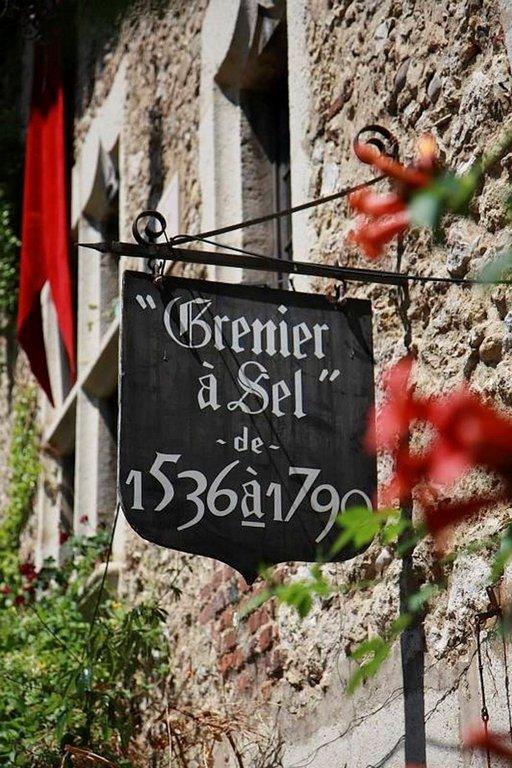 Pérouges-kylän aukion ravintoloissa voi nauttia paikallisia ruokia ja aistia kylän tunnelmaa.