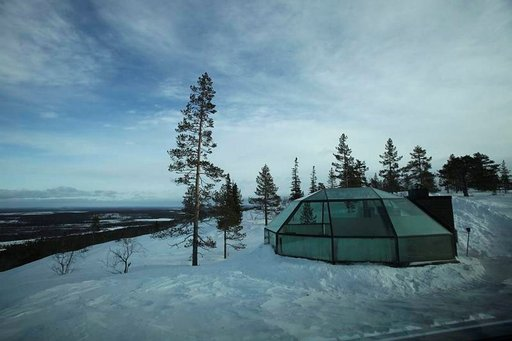 Utsuvaaran rinteeseen rakennetut lasi-iglut sijaitsevat komeissa maisemissa.