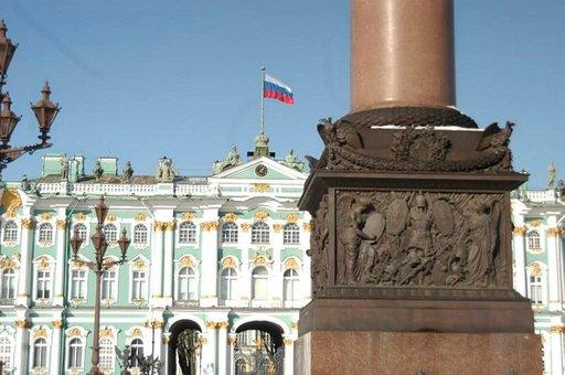 Palatsiaukion reunalla on tsaarien Talvipalatsi ja Eremitaasin taidemuseo.