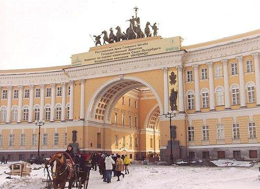 Palatsiaukion Riemukaarelta pääsee suoraan Nevski prospektin alkuun.