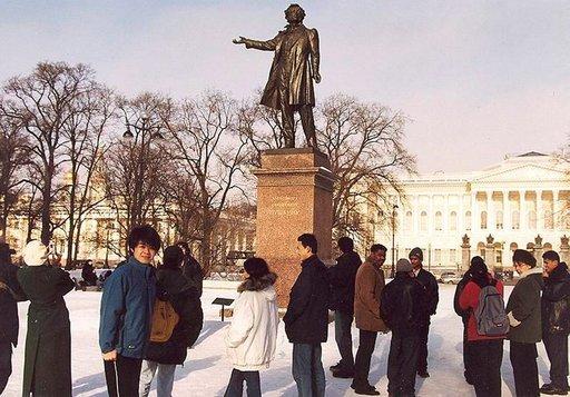 Taiteiden aukiolla Venäläisen museon lähistöllä on Aleksandr Puškinin patsas.