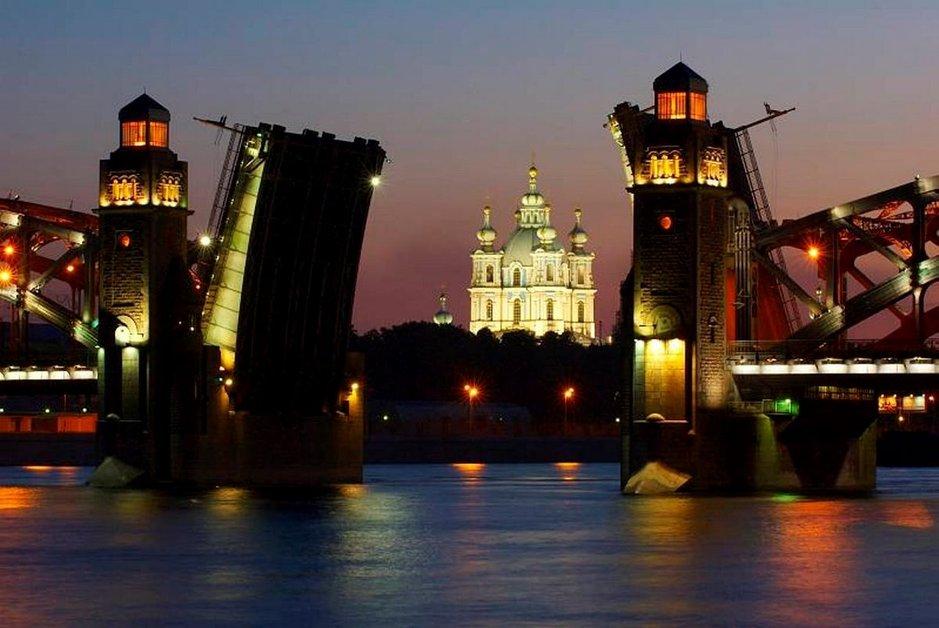 Pietarin sillat avautuvat yöllä, joten aikataulut kannattaa tarkistaa ennakkoon.