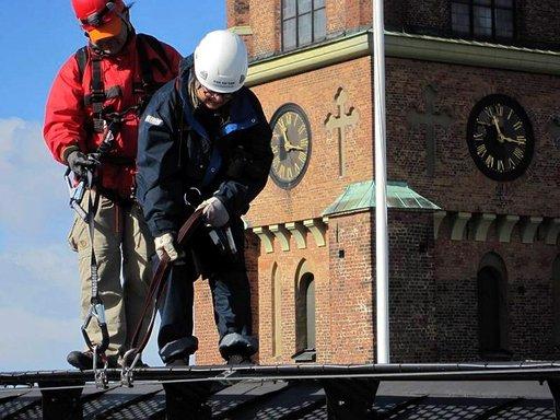 Riddarsholmenin kirkon vieressä kuljetetaan väylällä, jolla ei ole kaiteita. Opas auttaa tarvittaessa.