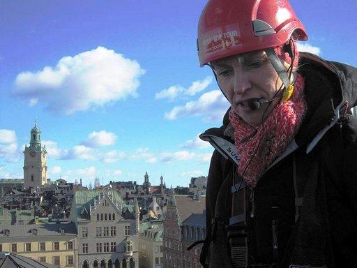 Veerle Schrevens opastaa Tukholman-kävijöitä 43 metrin korkeudessa.