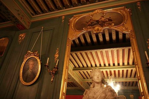 Gourdansin linnan seinille ripustetuissa tauluissa elämänmenoa seuraavat 1700-luvun henkilöt.