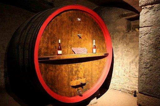 Tiloilla maistellaan viinejä niiden omissa viinikellareissa.
