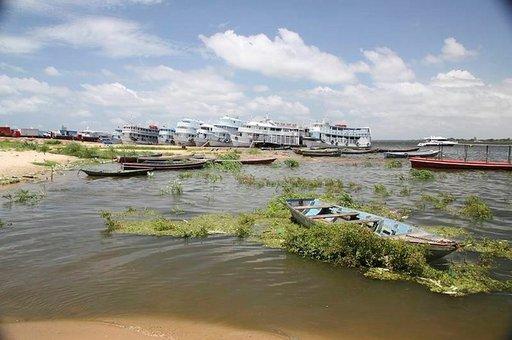 Jokilaiva Amazonilla.