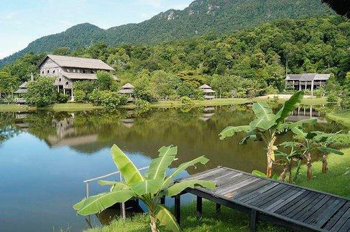 Perinteisiä pitkätaloja Borneossa.