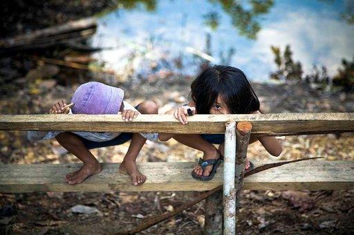Paikallislapsia Borneossa.