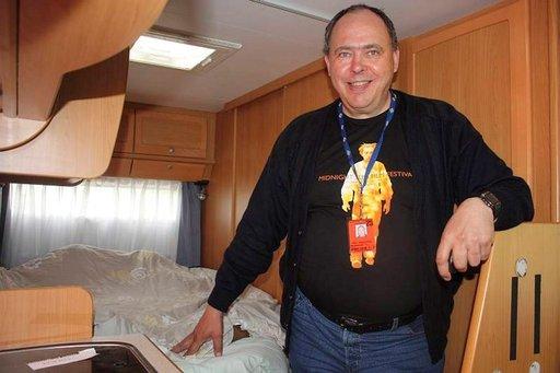 Elokuvapomo Jari Haavisto majoittuu festareiden ajaksi matkailuautoonsa ja antaa kotinsa vieraille.