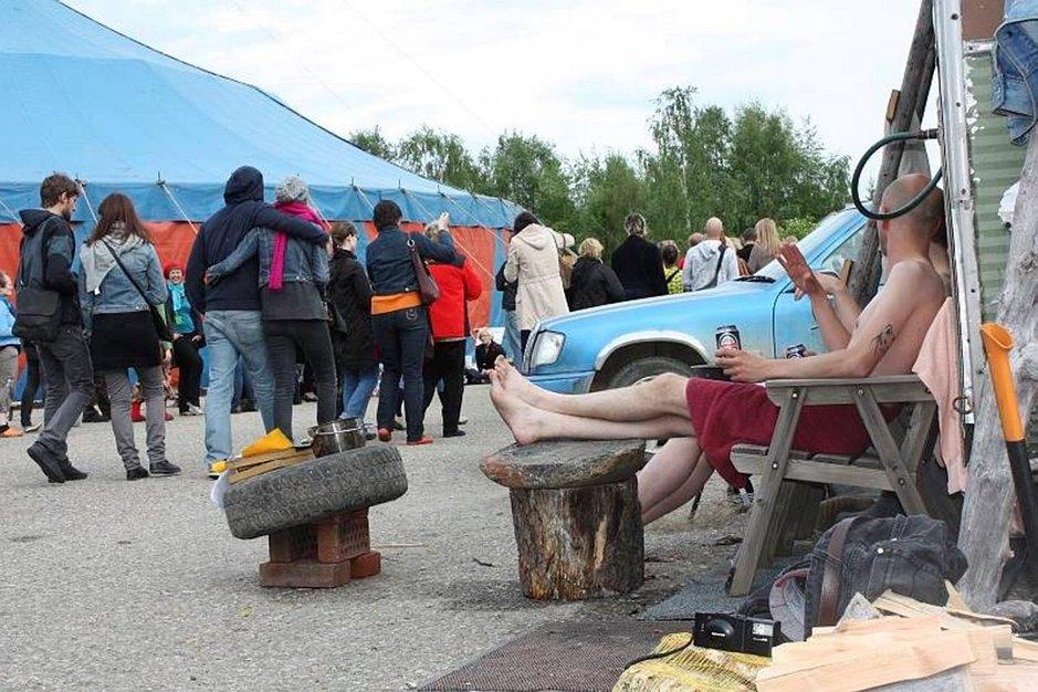 Miesten vuoro -elokuvan PR-miehet saunoivat Kitisenrannan koulun pihalla sirkusteltan kupeessa.