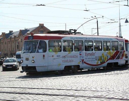 Värikkäät raitiovaunut vievät eri puolille kaupunkia. Lippu maksaa noin euron.