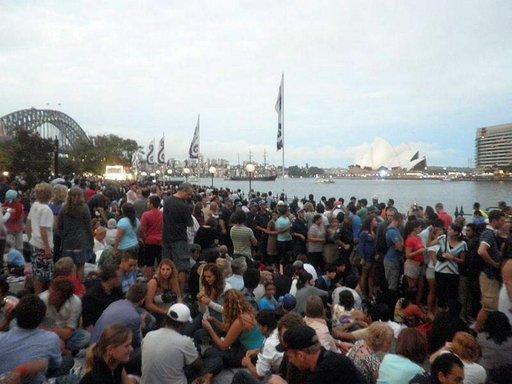 Väkijoukko kerääntyy Sydneyn satama-alueelle uudenvuoden viettoon.