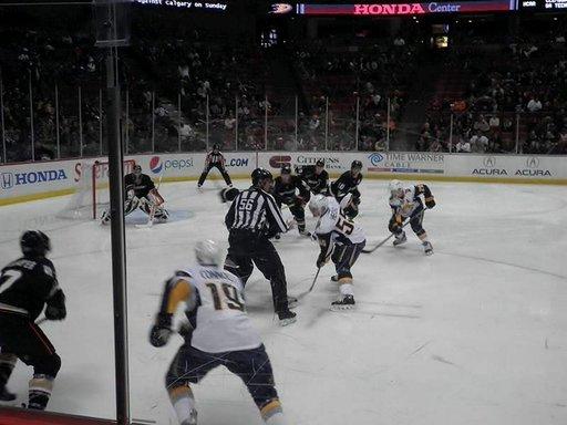 Anaheim Mighty Ducks-Boston -jääkiekko-ottelu.