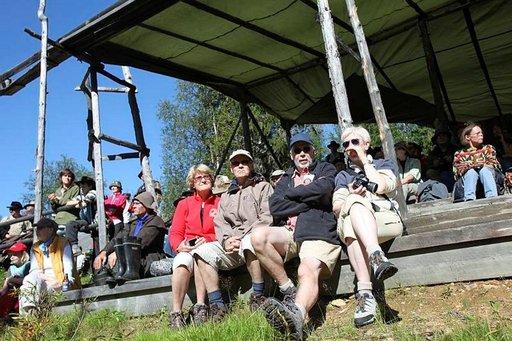 Kilpailualueen katettu katsomo suojaa tarvittaessa sateelta ja auringolta.