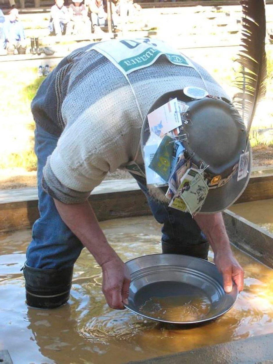 Tankavaaran kullanhuuhdontakilpailut järjestetään joka kesä.