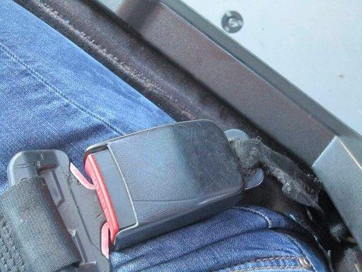 Lentokenttäbussin vaarallisessa kunnossa oleva turvavyö ei kestä pientäkään törmäystä.