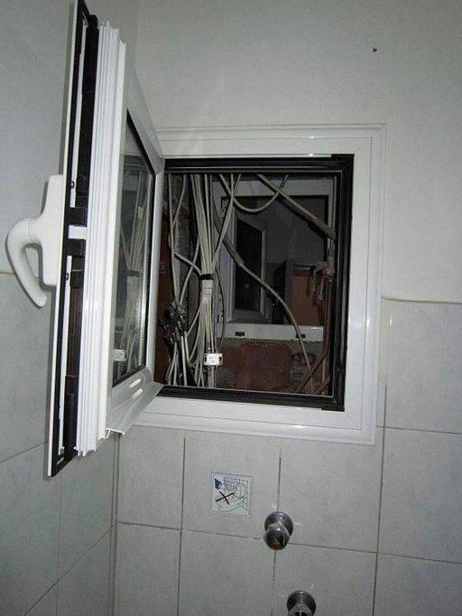 Hotellin kylpyhuoneen tuuletusikkunan kautta paljastui kaapelikuilu ja naapurihuoneen vessan ikkuna.