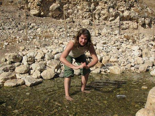 Kyyhkyssolassa on Wadi Hammadin lähde, jossa kokenut Israel-patikoija, vihtiläinen Pirkko Kaskinen huuhtoo pois matkan pölyt.