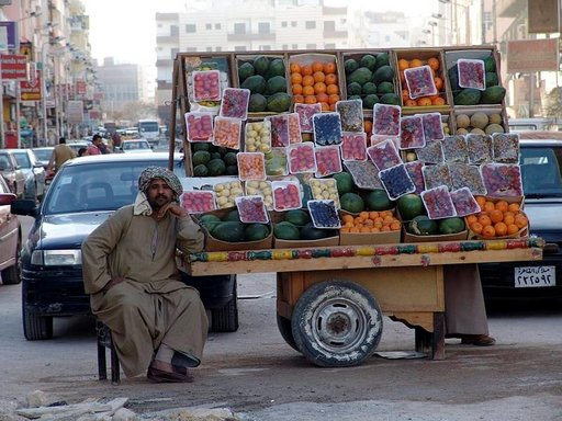Supermarketeissa hinnat ovat kiinteät. Katukauppiailta saa niin elintarvikkeet kuin matkamuistotkin huokeammalla.