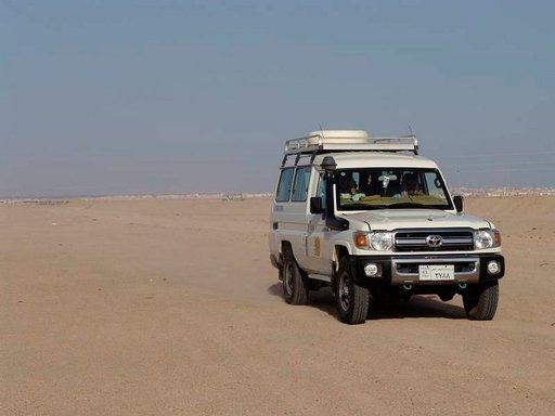 Maastoautossa matka beduiinikylään taittuu.
