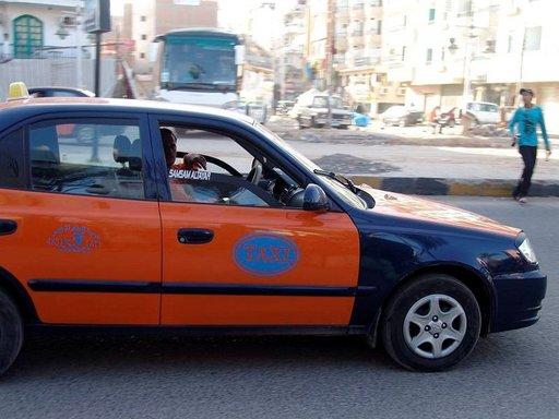 Taksinkuljettajat tööttäilevät turistien kohdalla saadakseen asiakkaita.