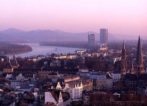 Bonn iltahämyssä. Etualalla Vanhakaupunki, takana pilvenpiirtäjät Langer Eugen ja Bundespostamt sekä Siebengebirgen kukkulat.