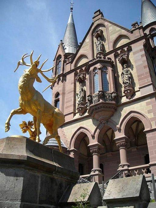 Drachenfels ja -burg ovat saaneet nimensä lohikäärmeiden mukaan. Viimeinen linnanherra kultautti sekä autonsa että patsaita.