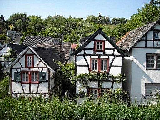 Oberdollendorfin idylliin kuuluvat viininviljely ja ristikkotalot.