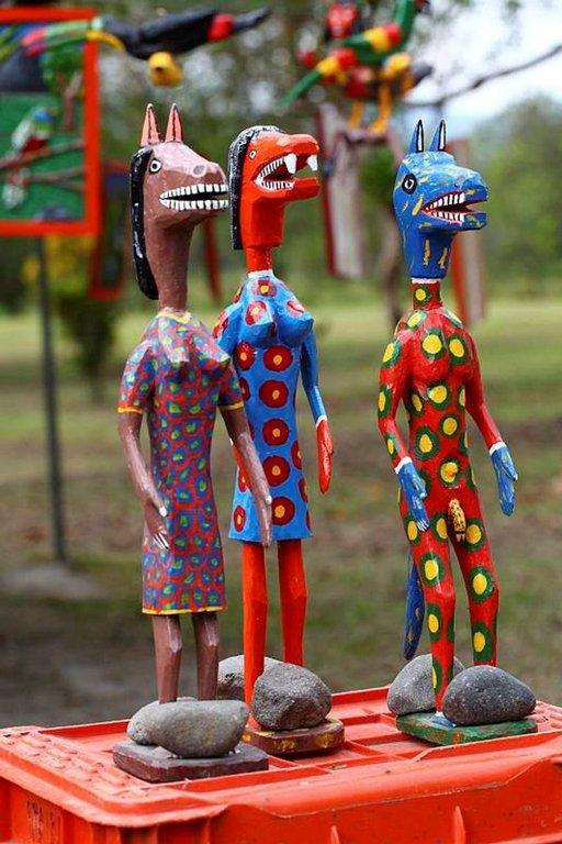 Värikkäitä matkamuistoja myydään Arenal-tulivuoren juurella.