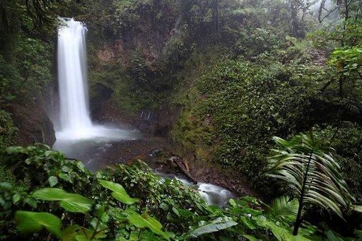 La Paz Waterfall Garden -luonnonpuisto on vaikuttava kokemus Poásin tulivuorella kävijöille.