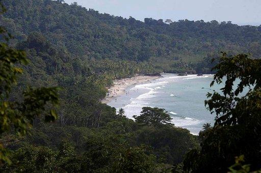 Tyynen valtameren aallokko lyö Manuel Antonion rantaan.