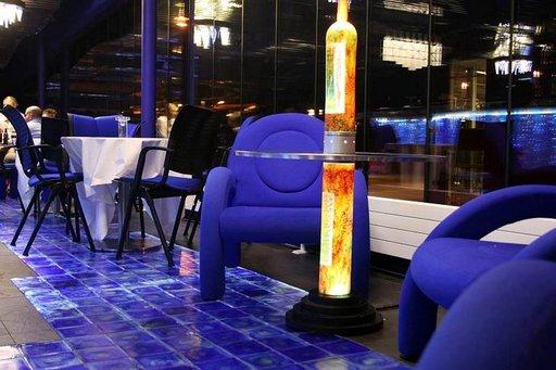 Art-hotellin sininen baari on tehty lasista.