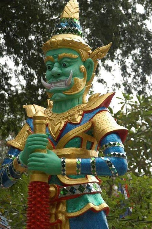 Koh Sametin saaren buddhalaista temppeliä vartioi topakka hahmo.