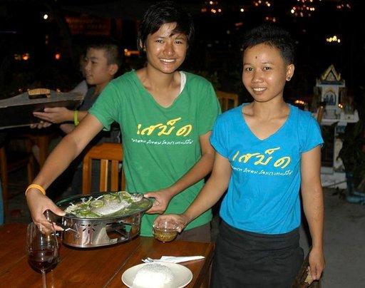 Thairavintolassa ei ole pulaa iloisesta henkilökunnasta.