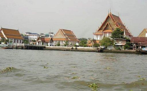 Chao Praya on suosittu jokiretkikohde temppeleineen ja tuoretoreineen.