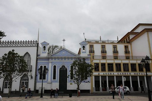 Azorien vanhin kaupunki Angra do Heroismo on rakennettu uudelleen 1.1.1980 tapahtuneen maanjäristyksen jälkeen. Kaupungin historiallinen keskusta on Unescon maailmanperintökohde.