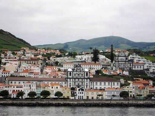Faialin saarelle saavutaan Hortan satamaan, josta on keskustaan lyhyt kävelymatka.