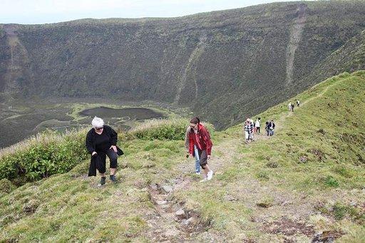 Caldeiran tulivuoren kraatteri Faialin saarella on Azoreiden suurin ja 400 metriä syvä. Ympärysmitaltaan noin kahdeksankilometrisen kraatterin kiertämiseen kannattaa varata aikaa kolme tuntia.