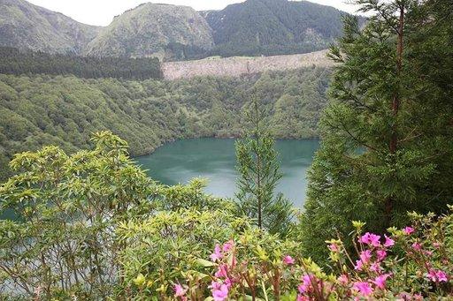 Lagoa de Santiago -järvi on São Miguelin saarella jyrkkärinteisen kraatterin pohjalla.