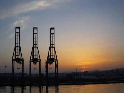 Auringonlasku Malagan satamassa enteilee lämmintä päivää.