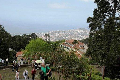 Monten kylän katedraalin portailta ihaillaan näköaloja Funchalin kaupunkiin ja satamaan Madeiralla.