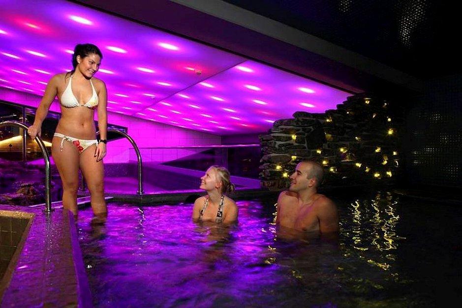 Hyvinvointimatkoja tehdään kotimaahan ja ulkomaille. Kuvassa hyvinvointilomalaisia Levin kylpylässä.
