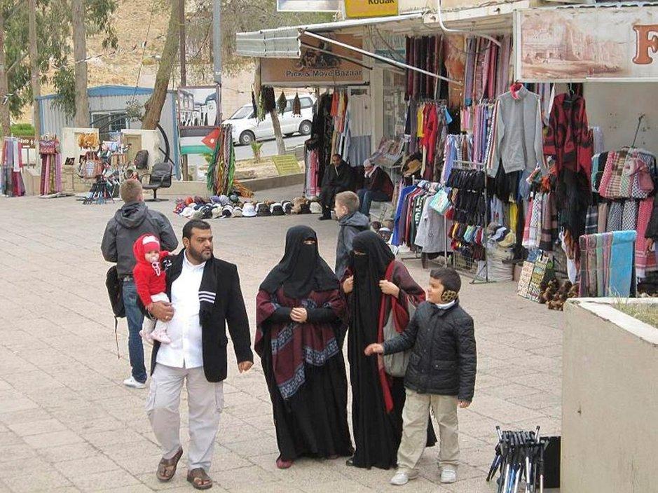 Jordanialaisperhe torilla Petran kaupungin ulkopuolella.