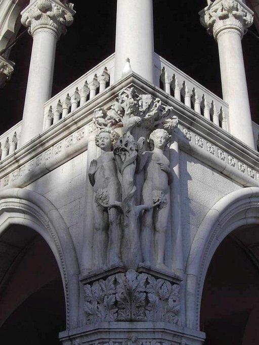 Dogen palatsin kulmaa koristaa syntiinlankeemus.