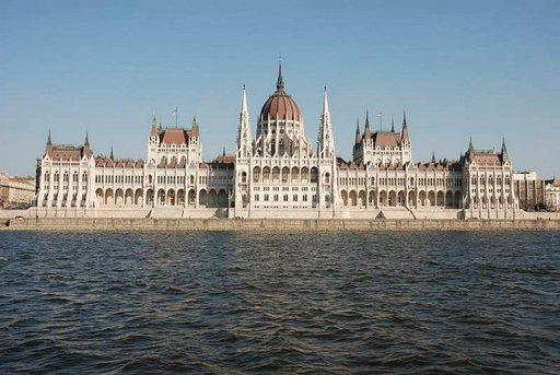 Unkarin suurin rakennus on parlamenttitalo.