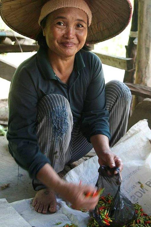 Saarten väestö on ystävällistä ja auttavaista. Nainen myi markkinoilla tulisia chilejä.