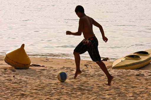 Paikallisten suosimia urheilulajeja ovat varsinkin rantalentopallo ja jalkapallo. Ulkopuoliset ovat tervetulleita osallistumaan huvitteluun.